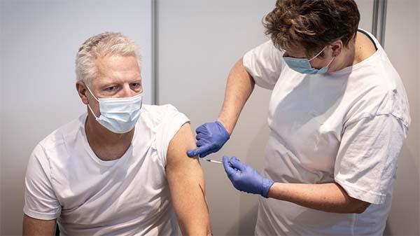 På fredag skal tusindvis af danskere deltage i vaccine-eksperiment