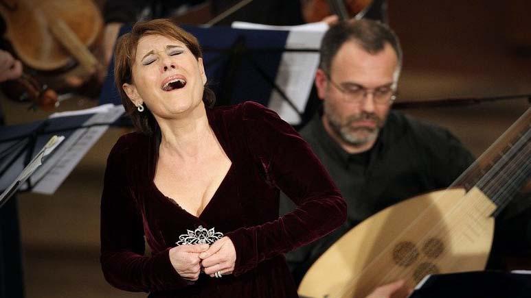 Operasangere hjælper Covid-19-patienter med at lære at trække vejret igen